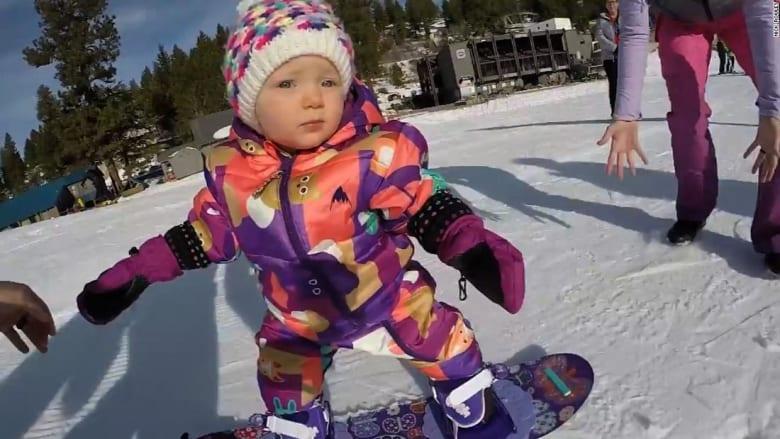 شاهد.. طفلة تحترف التزلج فوق منحدرات ثلجية