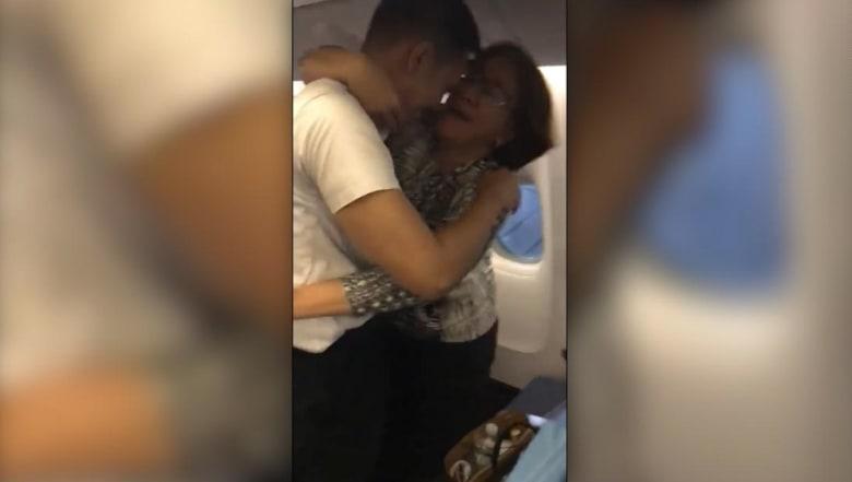 طيّار يفاجئ والديه في طائرة بعد انقطاع دام 17 عاماً.. شاهد ما قام به!