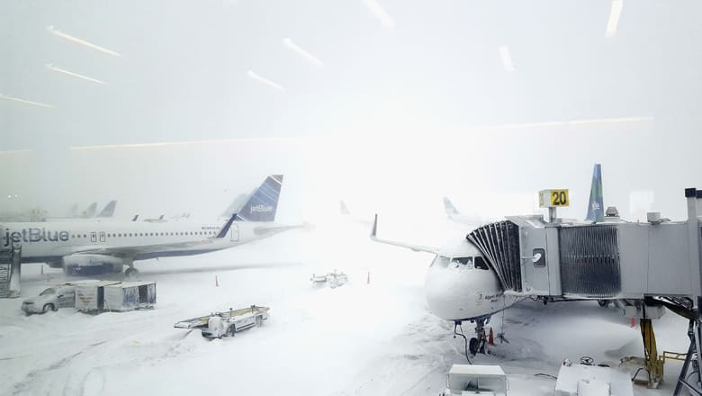 اضرار خفيفة تلحق بطائرة كويتية بعد تصادم بمطار نيويورك