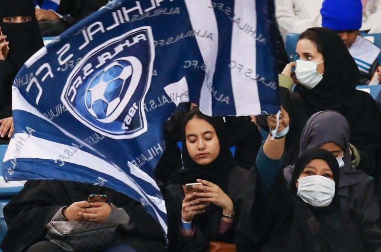 لأول مرة.. ملاعب كرة القدم السعودية تملؤها النساء