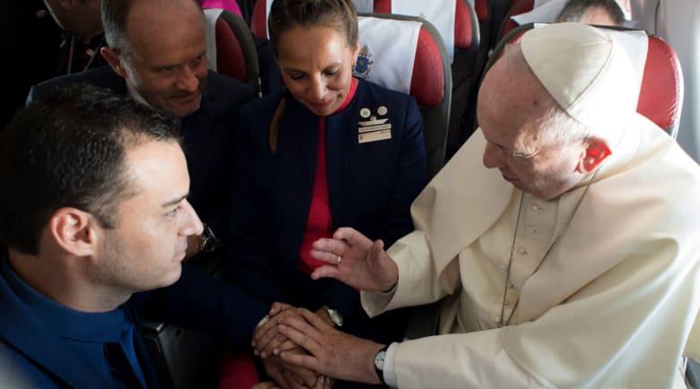 شاهد.. البابا فرنسيس يزوج مضيفَين بطائرته البابوية!