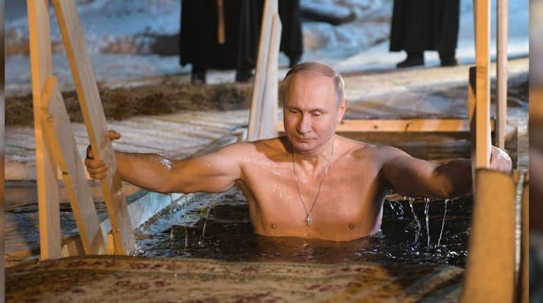 """شاهد.. بوتين يغوص في بحيرة متجمدة احتفالا بـ""""عيد الغطاس"""""""