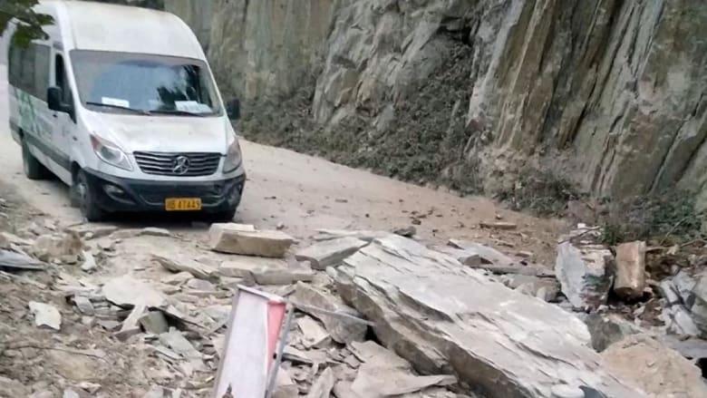انهيار أرضي يفاجى حافلة.. شاهد ماذا حدث!