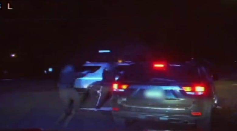 شاهد.. عنصران بالشرطة الأمريكية يقتلانسائق سيارة بعد حادث بسيط