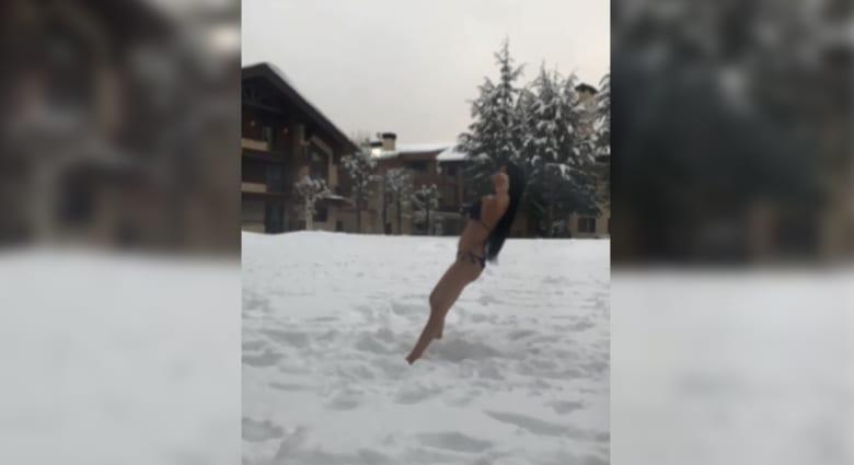 """شاهد.. نادين الراسي تتحدّى برودة الطقس بـ """"المايوه"""" على الثلج"""