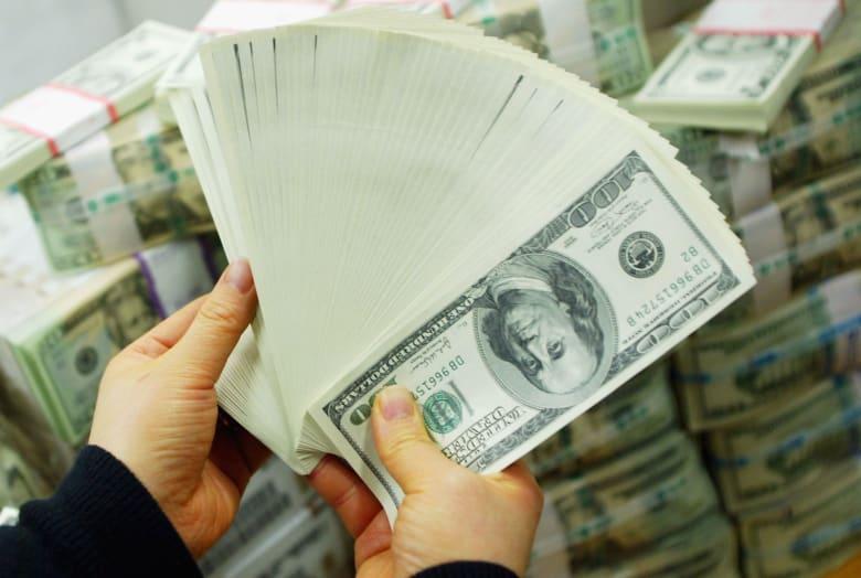"""هل تشن إدارة ترامب """"حرباً باردة"""" لإضعاف الدولار؟"""