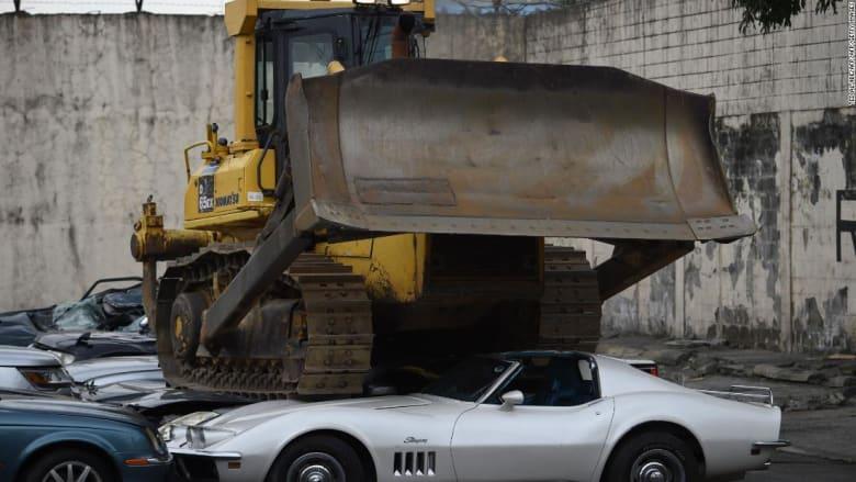 شاهد.. رئيس الفلبين يشرف على تدمير عشرات السيارات الفاخرة