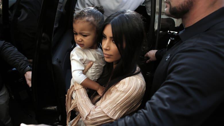 التقطتها طفلتها.. صورة عارية الصدر لكيم كارداشيان تثير ضجة