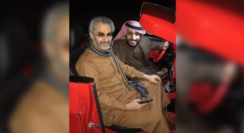 """شاهد.. الوليد بن طلال في نزهة مع """"الربع"""" بسيارته الجديدة"""