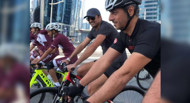 شاهد.. الشيخ تميم بن حمد على دراجة هوائية في شوارع قطر