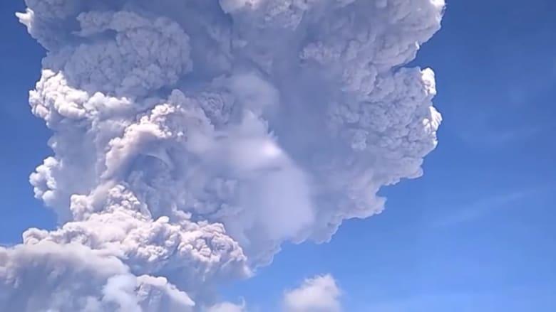 شاهد.. ثوران بركان سيابونغ يقذف سحب الرماد 5 كيلومترات في السماء