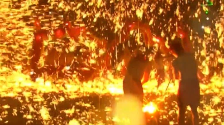 شاهد رقصة التنين وسط الألعاب النارية والحديد المنصهر
