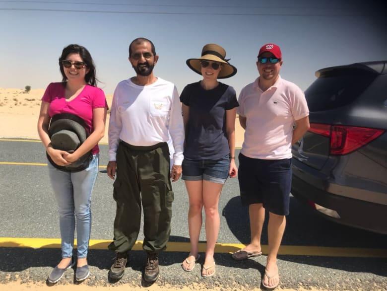 الشيخ محمد بن راشد يُنقذ مجموعة سياح علقت سيارتهم في الصحراء بدبي