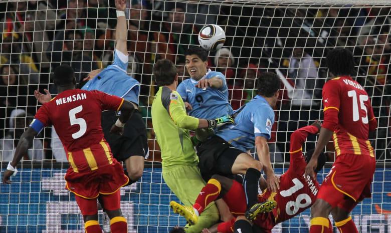 لويس سواريز يلعب دور حارس المرمى في تدريبات الأوروغواي