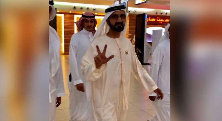 شاهد.. حاكم دبي الشيخ محمد بن راشد يفاجئ متسوقي مركز تجاري بالسعودية