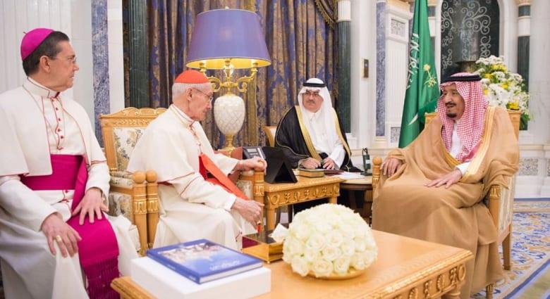 الملك سلمان يستقبل رئيس المجلس البابوي للحوار بين الأديان في الفاتيكان