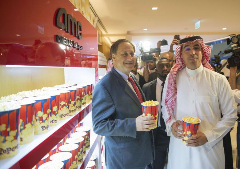 """من العرض السينمائي الأول في السعودية... ذات الرداء الأحمر و""""علبة الفشار"""""""