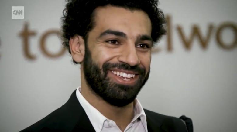 شاهد.. CNN مع محمد صلاح خلال تفصيل بدلة حفل تتويجه