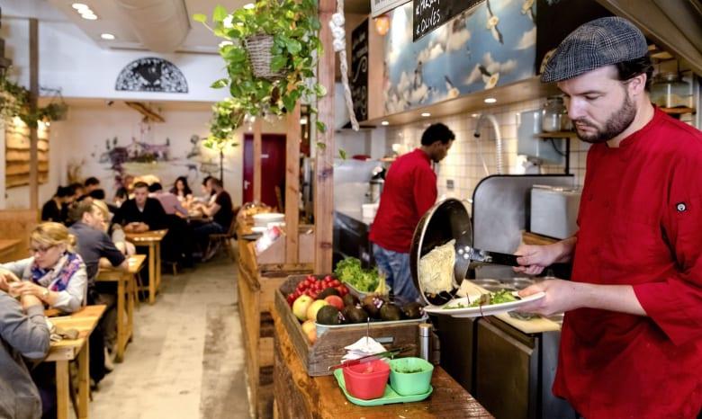 قائمة الطعام والأكواب..من بين الأماكن الأمثل لانتشار الجراثيم في المطاعم
