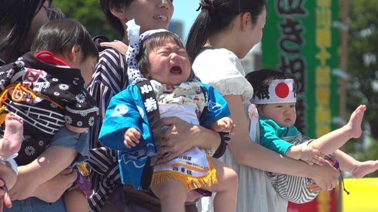 تعرف إلى مهرجان السومو الياباني.. لبكاء الأطفال