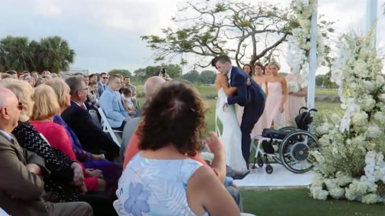 شاهد.. عروس تساعد عريسها المشلول للمشي يوم الزفاف