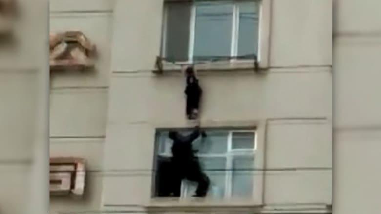 شاهد.. إنقاذ فتاة في الرابعة من عمرها من السقوط من النافذة
