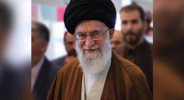 خامنئي يزور معرض طهران للكتاب.. فما هو الكتاب الذي لفت انتباهه؟