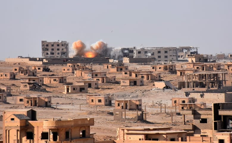 المرصد السوري: قتيل في تفجير سيارة على طريق قاعدة للتحالف الدولي