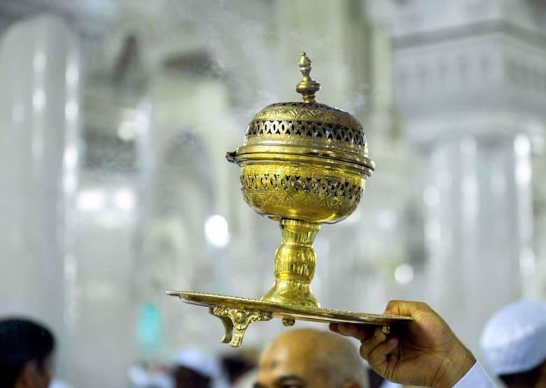 هكذا يُطيّب المسجد الحرام والكعبة على مدار الساعة برمضان