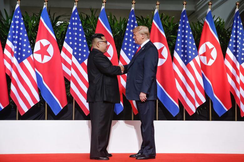 """مصافحة """"تاريخية"""" بين دونالد ترامب وكيم جونغ أون في سنغافورة"""