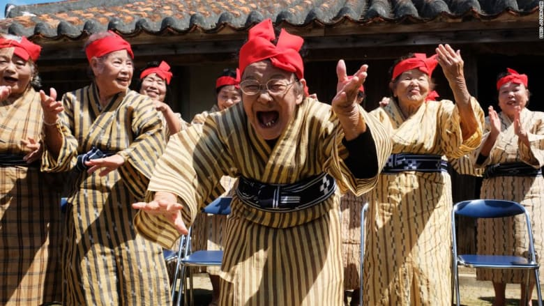 تعرف إلى  النساء المعمرات الراقصات في اليابان!