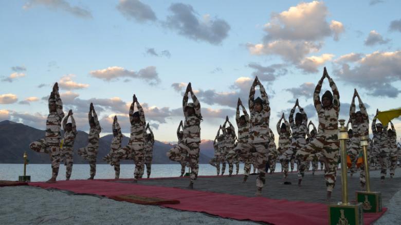 بالصور..أفراد من الشرطة يمارسون اليوغا في جبال الهيمالايا