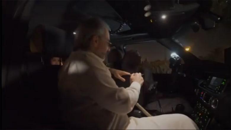 قيادة المرأة السعودية.. فيديو للوليد بن طلال بجانب ابنته تقود السيارة