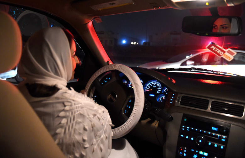 تداول فيديوهات وصور تقديم الشرطة السعودية ورودا للسائقات.. ومغردون: اليوم ورد وبكرا مخالفات