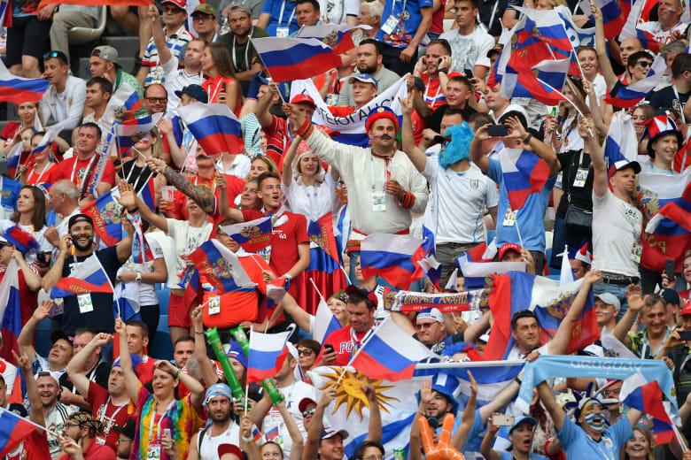 فيفا يغرم روسيا بعد لافتة عنصرية في مباراتها أمام الأوروغواي