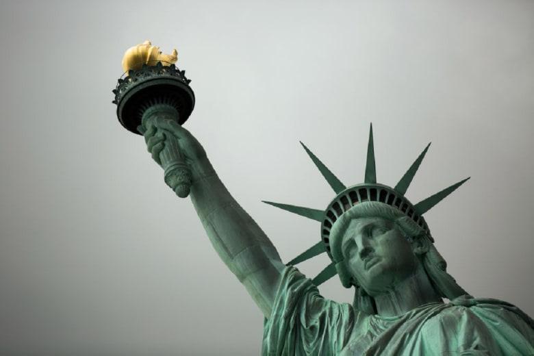 سيدة تتسلق قاعدة تمثال الحرية.. واعتقال 7 أشخاص