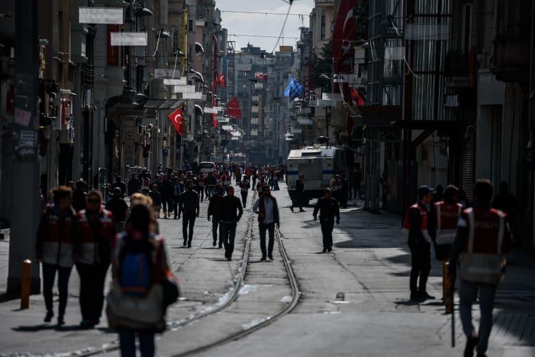 تركيا تعلن تسريح نحو 18 ألف موظف حكومي قبل رفع حالة الطوارئ بالبلاد