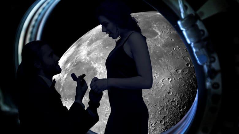 من على سطح القمر وبملايين الدولارات.. طلب الزواج هذا هو الأكثر جنوناً في العالم