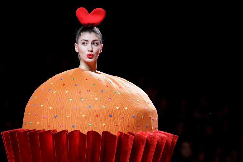 من عارضات أزياء إلى قطع حلوى وبونبون.. على منصات مدريد