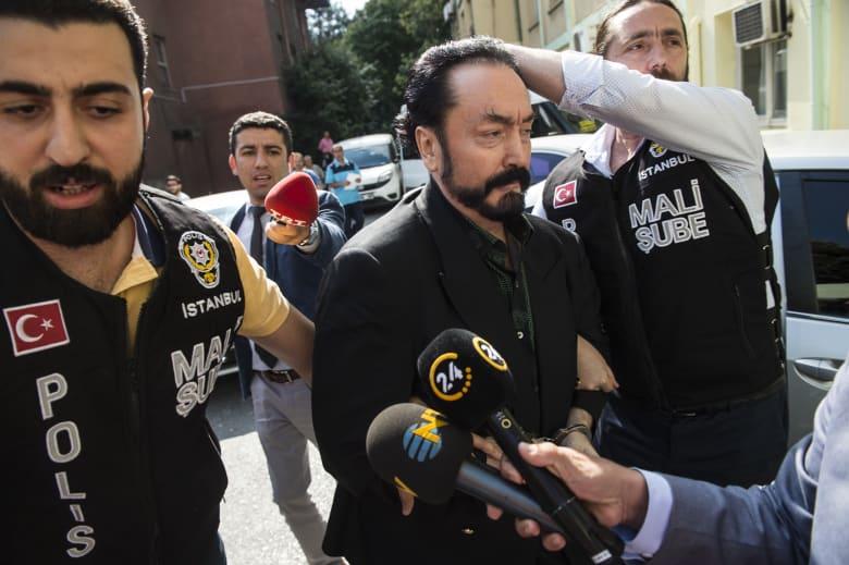"""تركيا.. عدنان أوكتار يثير الجدل أمام المحكمة: هذا راتبي وعدد """"أعدائي"""""""