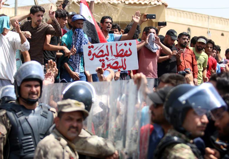 الصدر يدعو لتعليق مشاورات تشكيل الحكومة ويدعم مطالب المتظاهرين