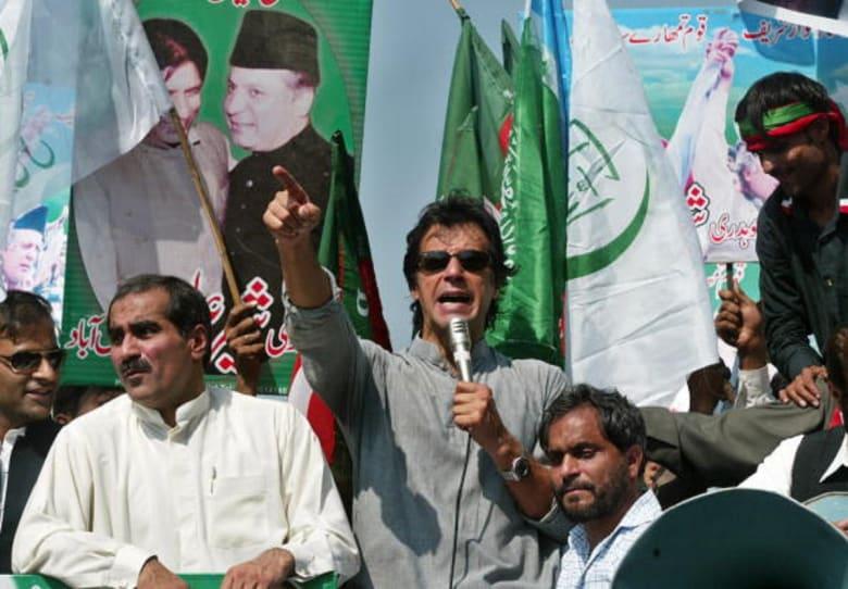نجم كريكيت سابق يقترب من رئاسة حكومة باكستان