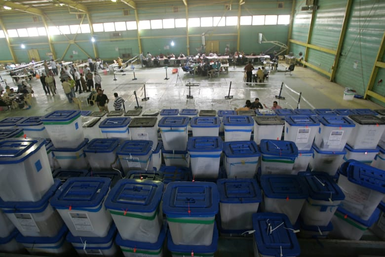الجدل حول الانتخابات يستمر.. إقالة 5 مسؤولين عراقيين بتهم فساد