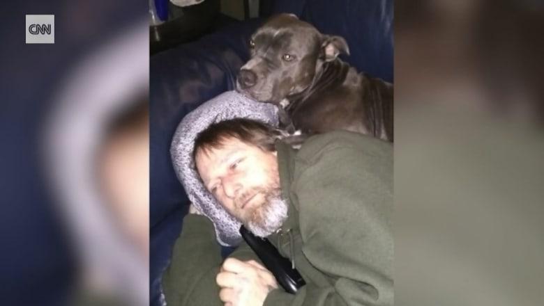 رجل يفقد أطرافه الأربعة بعد عدوى من لعقة كلب