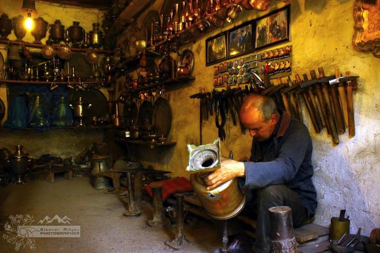 في قرية لاهيج الأذربيجانية.. استكشف حرفة النحاس التقليدية.