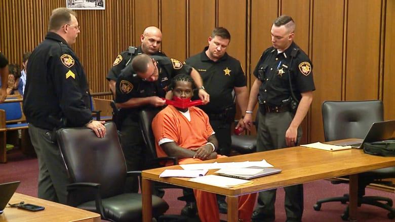 قاض يسكت متهماً بوضع شريط لاصق على فمه.. فما السبب؟