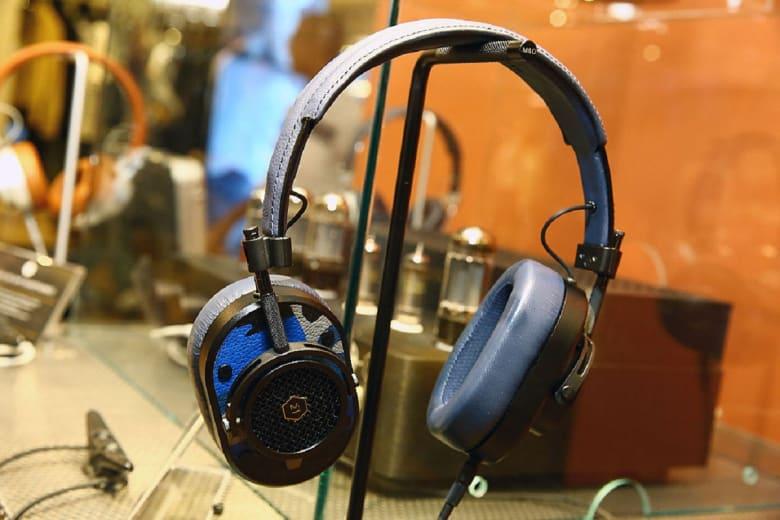 إليكم تطور شكل سماعات الأذن عبر التاريخ