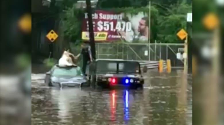 الشرطة تنقذ عروسا علقت في الفيضانات يوم زفافها