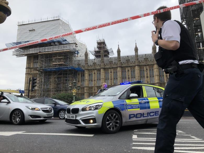 شاهد.. اصطدام سيارة بحاجز البرلمان البريطاني