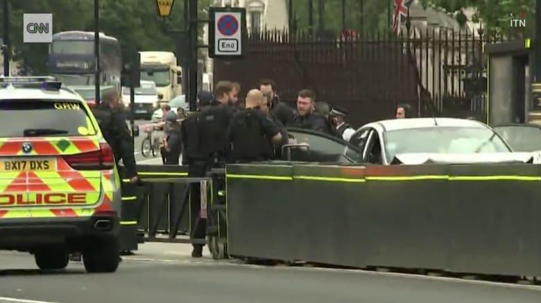 لحظة اصطدام سيارة بحاجز أمني قرب البرلمان البريطاني